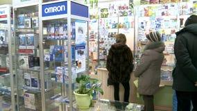 farmacia Il compratore in farmacia stock footage