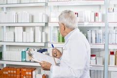 Farmacia masculina de Counting Stock In del farmacéutico Imágenes de archivo libres de regalías