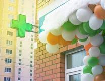 Farmacia trasversale verde in città Immagine Stock