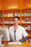 Farmacista al contatore in farmacia immagine stock libera da diritti