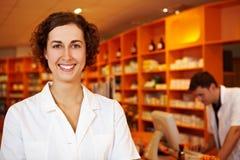 Farmacista amichevole in farmacia fotografia stock