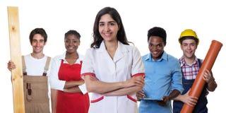 Farmacista arabo di risata con il gruppo di altri apprendisti internazionali Fotografia Stock