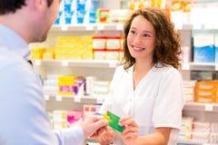 Farmacista attraente che prende la carta di assicurazione del healt Fotografia Stock Libera da Diritti