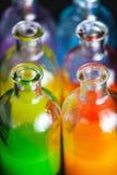 Farmacista, bottiglie del laboratorio con liquido colorato Fotografia Stock