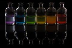 Farmacista, bottiglie del laboratorio con liquido colorato Fotografia Stock Libera da Diritti