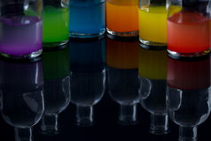 Farmacista, bottiglie del laboratorio con liquido colorato con il reflecti Immagini Stock