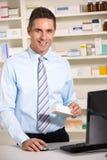 Farmacista BRITANNICO sul lavoro Immagini Stock