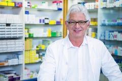 Farmacista in cappotto del laboratorio fotografia stock libera da diritti