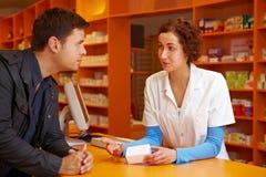 Farmacista che comunica con cliente Immagini Stock Libere da Diritti