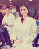 Farmacista che sta allo scrittorio di paga Fotografie Stock