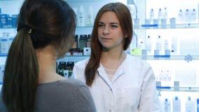 Farmacista che suggerisce droga medica al compratore stock footage