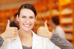 Farmacista che tiene i suoi pollici in su Fotografia Stock