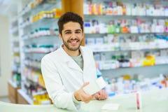 Farmacista con esperienza che consiglia cliente femminile in farmacia fotografia stock libera da diritti