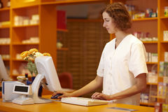 Farmacista con il calcolatore Fotografie Stock