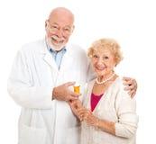 Farmacista e cliente fotografia stock libera da diritti