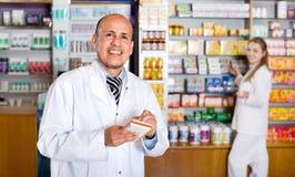 Farmacista e tecnico felici positivi della farmacia Fotografia Stock Libera da Diritti