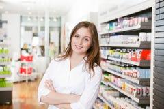 Farmacista femminile alla memoria della farmacia Fotografia Stock Libera da Diritti