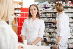 Farmacista femminile Helping Customer Immagini Stock Libere da Diritti
