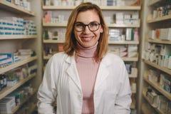 Farmacista femminile sicuro sul minimarket fotografia stock