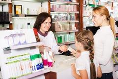 Farmacista femminile sul lavoro Fotografia Stock