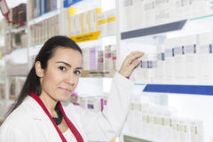 Farmacista Helping Customer Fotografie Stock