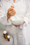Farmacista minore che mescola una medicina Fotografie Stock Libere da Diritti