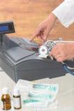 Farmacista o medico che per mezzo del registratore di cassa Fotografia Stock