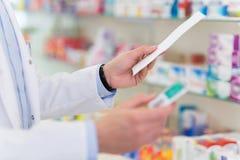 Farmacista Reading Prescription Fotografie Stock