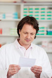 Farmacista Reading Prescription Paper Fotografie Stock Libere da Diritti