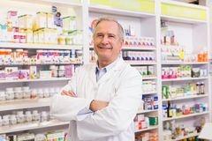 Farmacista senior con le armi attraversate Fotografie Stock