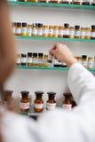 Farmacista Taking Medicine Bottle Immagine Stock Libera da Diritti