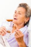 Farmaco dato agli anziani Fotografia Stock Libera da Diritti