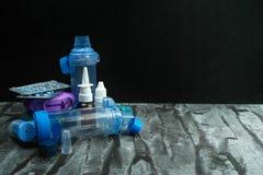 Farmaco di asma Insieme degli inalatori e del farmaco Fotografie Stock Libere da Diritti