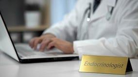 Farmaco di prescrizione dell'endocrinologo per il paziente, medico che lavora nella clinica fotografia stock libera da diritti