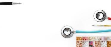 Farmaco e termometri a mercurio differenti con lo stetoscopio immagine stock libera da diritti