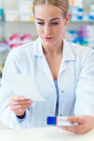 Farmacéutico de sexo femenino Imagenes de archivo