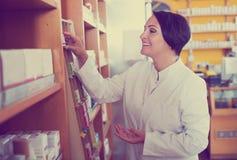 Farmacéutico de sexo femenino en tienda Fotos de archivo