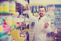 Farmacéutico de sexo masculino en farmacia Foto de archivo