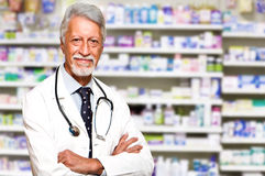 farmacéutico de sexo masculino en la farmacia Fotos de archivo