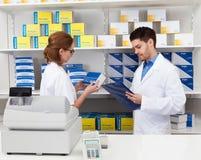 Farmacéutico dos que trabaja en farmacia Foto de archivo libre de regalías