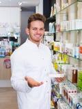 Farmacéutico que trabaja en tienda farmacéutica Foto de archivo
