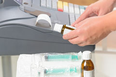 Farmacéutico que usa la caja registradora Imágenes de archivo libres de regalías