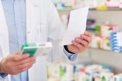 Farmacêutico Reading Prescription Imagens de Stock Royalty Free