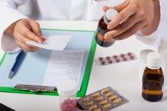 Farmacéutico Working In Pharmacy Imagenes de archivo
