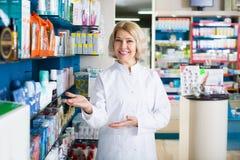Farmacêuticos que trabalham no farmacy moderno Fotos de Stock