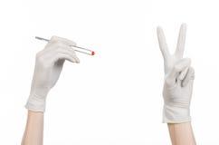 Farmakologia i Medyczny temat: lekarki ręka w bielu mienia rękawiczkowych pincetach z czerwoną pigułki kapsułą odizolowywającą na Zdjęcie Royalty Free