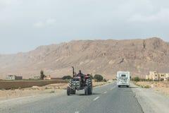 Farmar тележка езд мимо в противоположных направлениях с воссозданием Стоковая Фотография