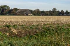 Farmbuilding op een geoogst gebied in Rhoon stock foto's