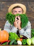 Farmer με τα οργανικά λαχανικά Ακριβώς από τον κήπο Έννοια καταστημάτων παντοπωλείων Αγοράστε τα φρέσκα homegrown λαχανικά άριστο στοκ εικόνα