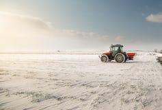Farmer με τη σπορά τρακτέρ - συγκομιδές σποράς στο γεωργικό τομέα Στοκ Φωτογραφία